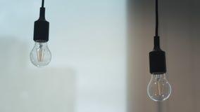 Double tournez accroché en bas de la lampe dans le bureau image stock