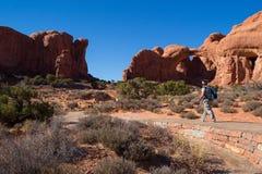 Double traînée de voûte au parc national de voûtes dans Moab, Utah Etats-Unis image libre de droits
