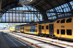 Double train de paquet partant de la gare d'Amsterdam Photos stock