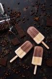 Double vanille de café de crème glacée  Crème glacée sur un bâton avec les grains de café et le chocolat sur un fond foncé Vue su photos stock