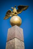 Doubled ging Adler auf rotem Granitobelisken in Helsinki voran Stockfotografie