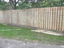 Doubles barrières de yard latéral pour protéger votre propriété photos libres de droits