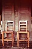 Doubles chaises en bois sur style thaïlandais de maison en bois le rétro Images libres de droits
