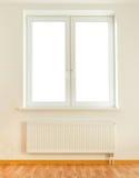 Doubles fenêtre et radiateur en plastique blancs photographie stock libre de droits