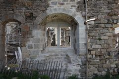 Doubles fenêtres médiévales arrondies de castel image stock