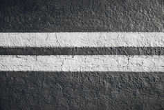 Doubles lignes jaunes diviseur sur l'asphalte Images libres de droits