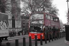 Doubles lignes rouges sur une courbure dans une route Image libre de droits