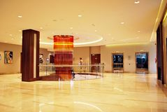 DoubleTree vid Hilton Moderna inre av hotellet Royaltyfria Foton