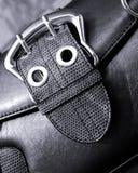 Doublez la boucle cloutée sur le sac Photographie stock libre de droits