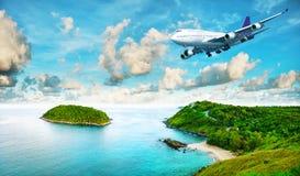 Doublure d'avion à réaction au-dessus de l'île tropicale Image libre de droits