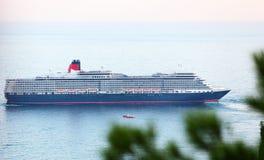 Doublure d'océan de la Reine Elizabeth à Yalta, Ukraine photographie stock