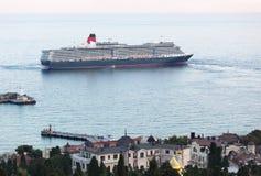 Doublure d'océan de la Reine Elizabeth à Yalta, Ukraine Image libre de droits