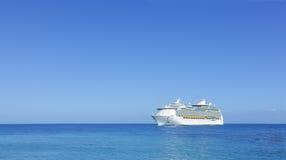 Doublure de bateau de croisière sur l'horizon Image stock
