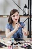 Douceur professionnelle de brosse d'essai de maquilleur photo libre de droits