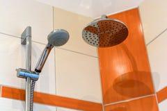 Douche avec deux pommeaux de douche et miroir moderne de tuile photographie stock