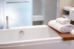 douche blanche intérieure de l'espace de copie de serviettes de station thermale de salle de bains avec des refres Photographie stock