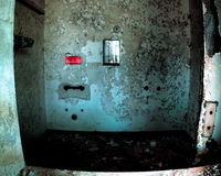 Douche dans l'hôpital psychiatrique abandonné Photographie stock libre de droits