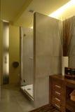 Douche de luxe de salle de bains d'appartement Photographie stock libre de droits