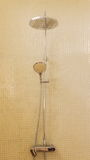 Douche de pluie dans la salle de bains de luxe avec la tuile de mosaïque Images libres de droits