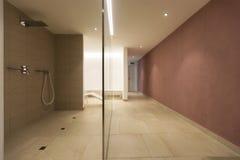 Douche de station thermale à une résidence privée images libres de droits