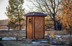 Douche en bois dans le pays photo stock