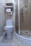 Douche en WC bij het hotel royalty-vrije stock fotografie