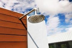 Douche extérieure à la piscine Photo libre de droits