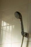 Douche met lopend water in badkamers Stock Foto's