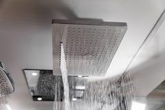 Douche moderne dans le bain photo stock