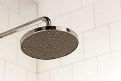 Douche moderne sur le fond des tuiles dans le plan rapproché de salle de bains photographie stock libre de droits