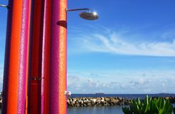 Douche tropicale urbaine de plage image libre de droits