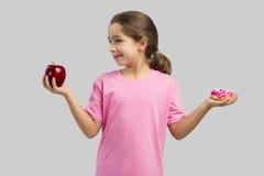 Doughnut ή Apple στοκ φωτογραφία με δικαίωμα ελεύθερης χρήσης