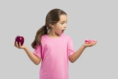 Doughnut ή Apple στοκ εικόνες με δικαίωμα ελεύθερης χρήσης