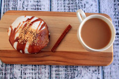 Doughnut και καφές της Apple καραμέλας Στοκ Εικόνες