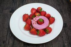 Doughnut και φράουλα στο πιάτο Στοκ Εικόνα