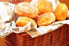 doughnut καλαθιών γέμισε τη ζελ&alp Στοκ εικόνες με δικαίωμα ελεύθερης χρήσης