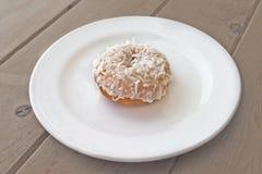 doughnut λευκό πιάτων Στοκ εικόνα με δικαίωμα ελεύθερης χρήσης