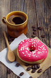 Doughnut με τη φράουλα και τον καφέ Στοκ Εικόνες