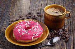 Doughnut με τη φράουλα και τον καφέ Στοκ εικόνες με δικαίωμα ελεύθερης χρήσης