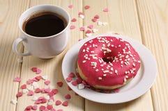 Doughnut με τη φράουλα και τον καφέ Στοκ φωτογραφία με δικαίωμα ελεύθερης χρήσης