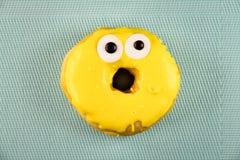 Doughnut με το λούστρο σε ένα υπόβαθρο μεντών Στοκ Εικόνες
