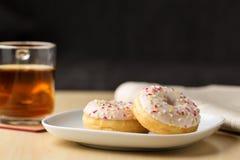 Doughnut με ψεκάζει και τσάι Στοκ εικόνα με δικαίωμα ελεύθερης χρήσης
