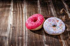 Doughnut ξύλινο υπόβαθρο Στοκ φωτογραφία με δικαίωμα ελεύθερης χρήσης
