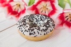 Doughnut σε ένα άσπρο υπόβαθρο στοκ φωτογραφίες με δικαίωμα ελεύθερης χρήσης