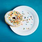 Doughnut σε ένα πιάτο Στοκ φωτογραφία με δικαίωμα ελεύθερης χρήσης
