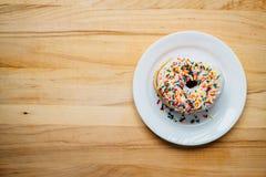 Doughnut σε ένα πιάτο Στοκ εικόνες με δικαίωμα ελεύθερης χρήσης