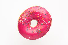 Doughnut το ροζ με ψεκάζει απομονωμένος στο άσπρο υπόβαθρο, κινηματογράφηση σε πρώτο πλάνο στοκ φωτογραφία με δικαίωμα ελεύθερης χρήσης