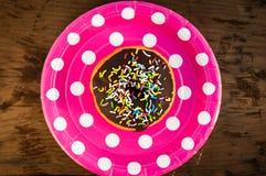 Φωτεινό doughnut στο πιάτο Στοκ φωτογραφία με δικαίωμα ελεύθερης χρήσης