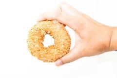 Doughnut φυστικιών εκμετάλλευσης χεριών ατόμων απομονώνει Στοκ Φωτογραφίες