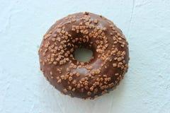 Doughnut in chocolade die blauw geweven close-up bevriezen als achtergrond Royalty-vrije Stock Foto's